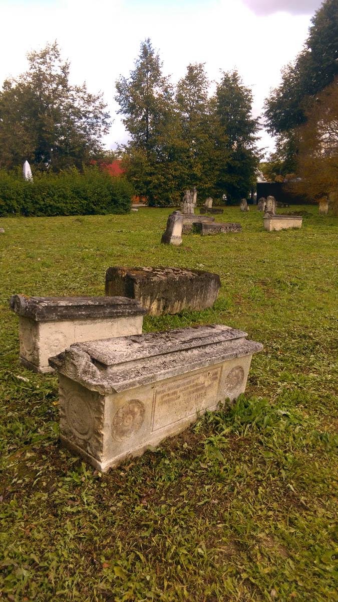 По словам лидера группы, это не старинное кладбище. Раньше надгробия находились на территории храма. Но теперь их переместили сюда. Перед храмом.