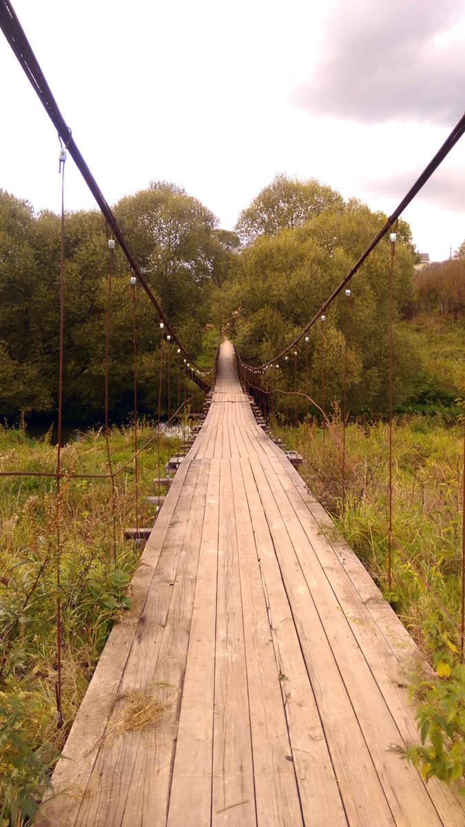 Когда попадали в шаг, мост начинал раскачиваться... Прикольно!