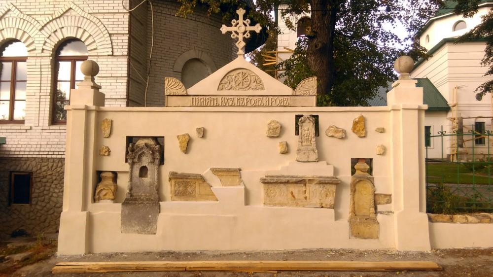 Село Никитское и интересная ограда с элементами надгробий в ней. Это ограда при Храме Николая Чудотворца...