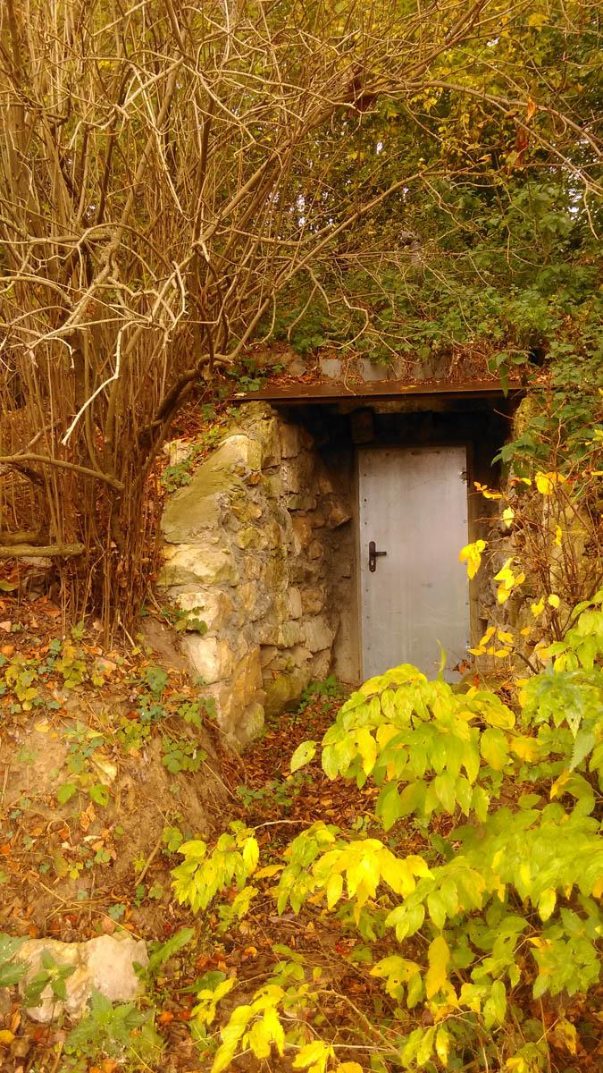В склоне домик хоббита или подвал
