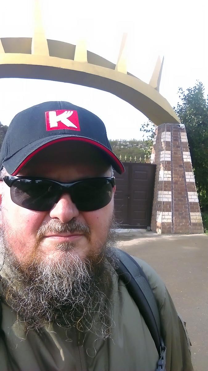 Делаю сэлфи на фоне необычных ворот