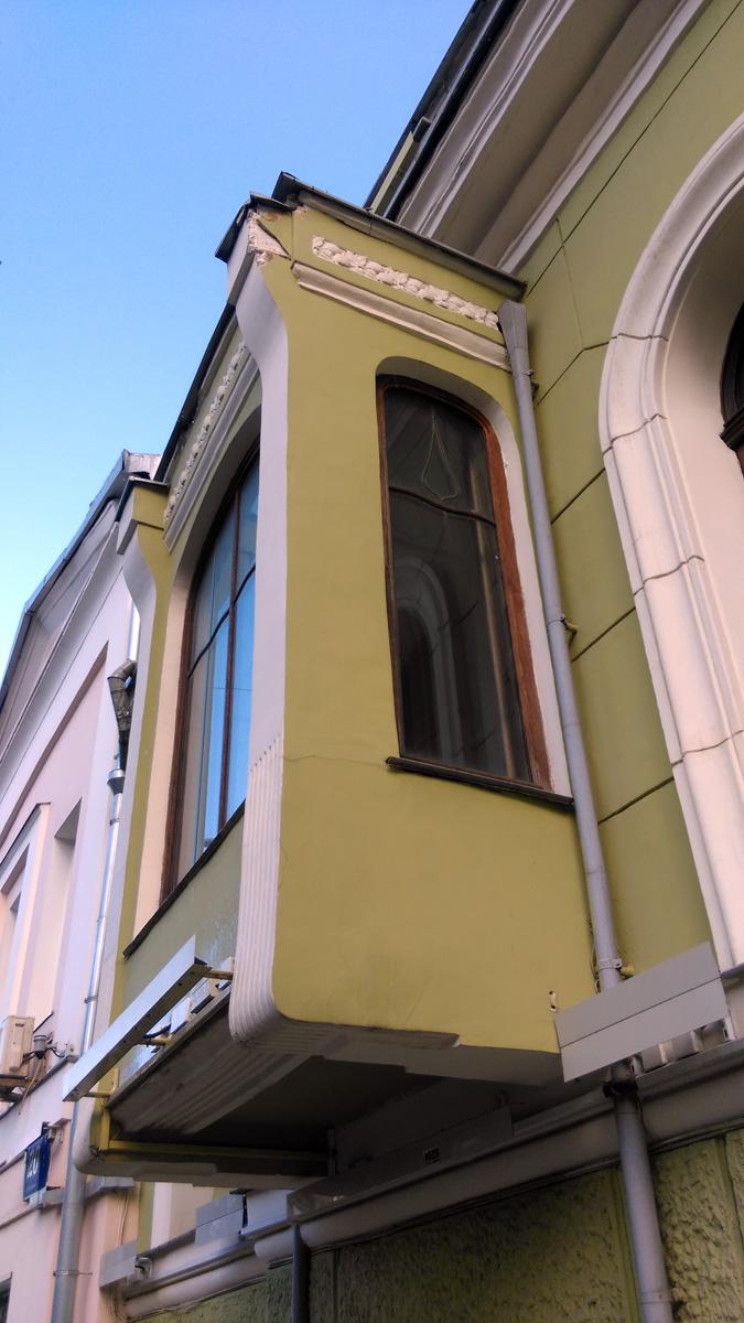 А вот, уже Смирнов и пригласил знаменитого Гения Модерна - Федора Осиповича Шехтеля, что бы тот перестроил комплекс зданий с увеличением полезной площади и в модном тогда стиле модерн.