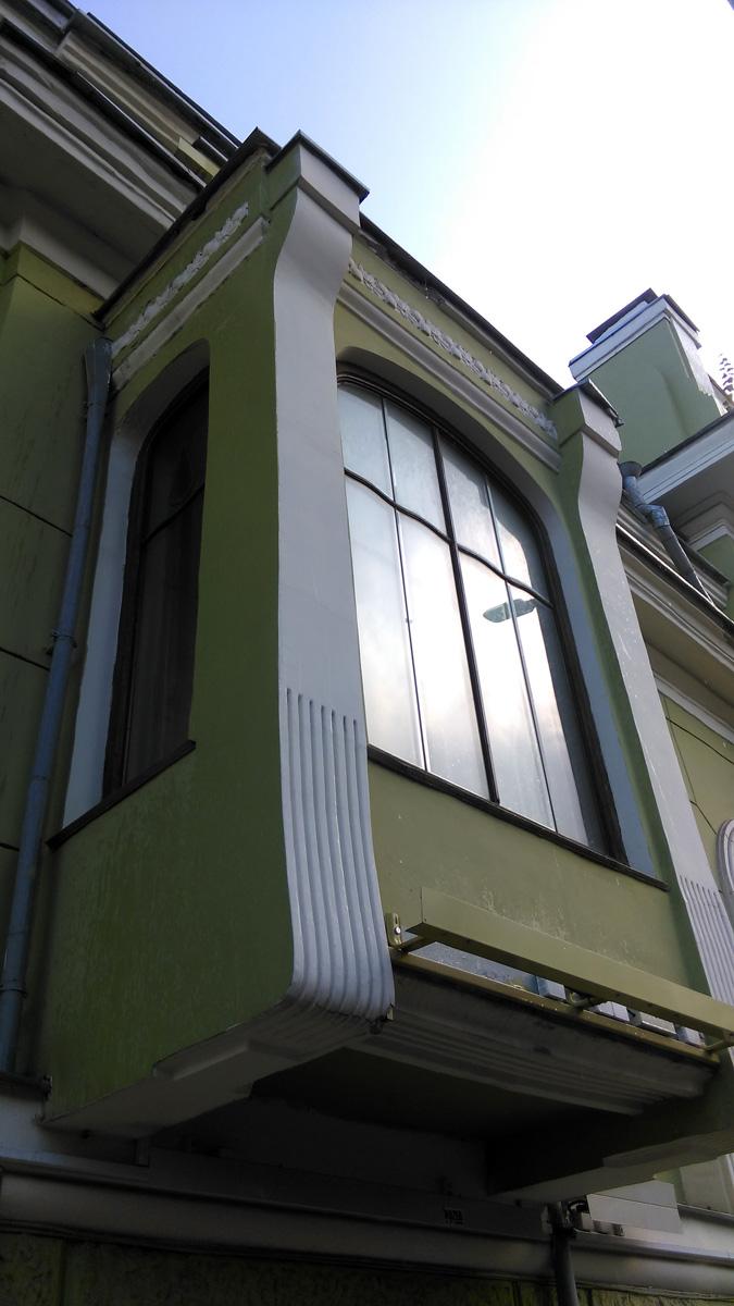 Шехтель объединил главный дом и флигели в единый особняк. Парадный фасад выполнен в стиле модерн. На фото эркер в левом крыле здания (бывший флигель).
