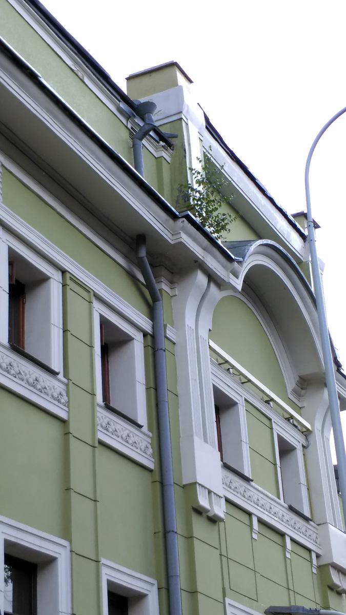 Молоденькое деревце на фисташкового цвета стене и растительный орнамент под окнами. Гармония архитектуры и природы )))