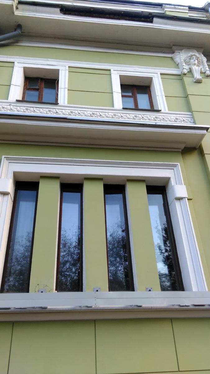 Как и принято в модерне, здание украшают окна различной формы и размеров. В данном случае строгое четырехсоставное...