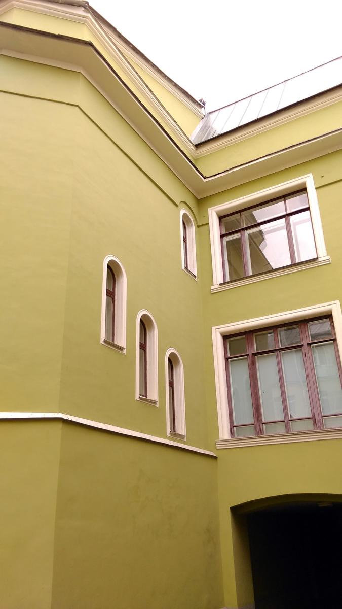 Фасад выдержан в строгом классическом стиле.