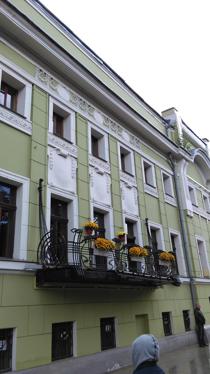 На уровне второго этажа центральной части особняка находится очень красивый ажурный кованный балкон в форме ладьи.