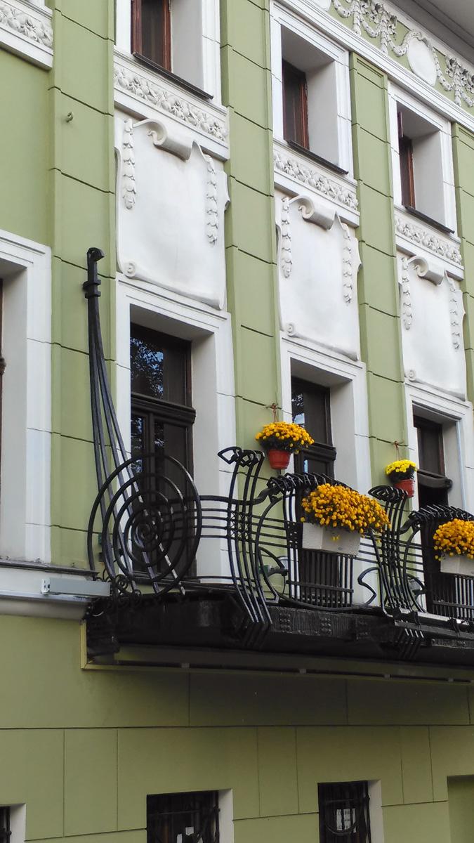 Но при всей его красоте, он не действующий балкон. Уровень пола второго этажа ниже. А балкон расположен на уровне подоконников.