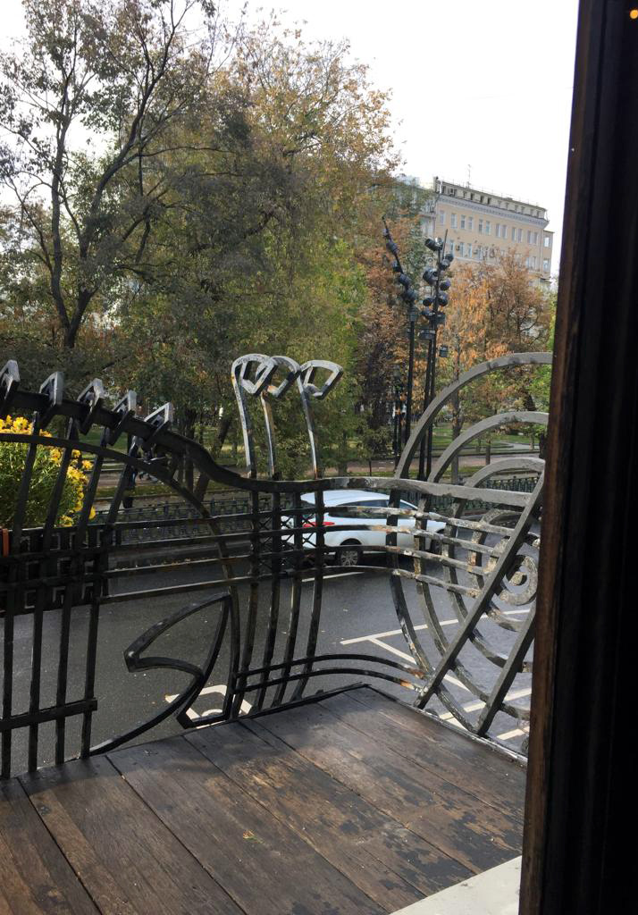 А вот так балкон выглядит, если смотреть из окна гостиной.