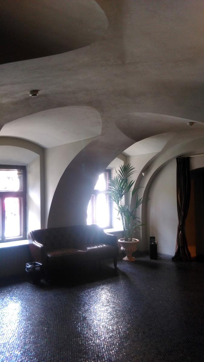 Обратите внимание на пол. В прошлом полв в подобных помещениях покрывали чугунными плитами. Это современная имитация такого покрытия.