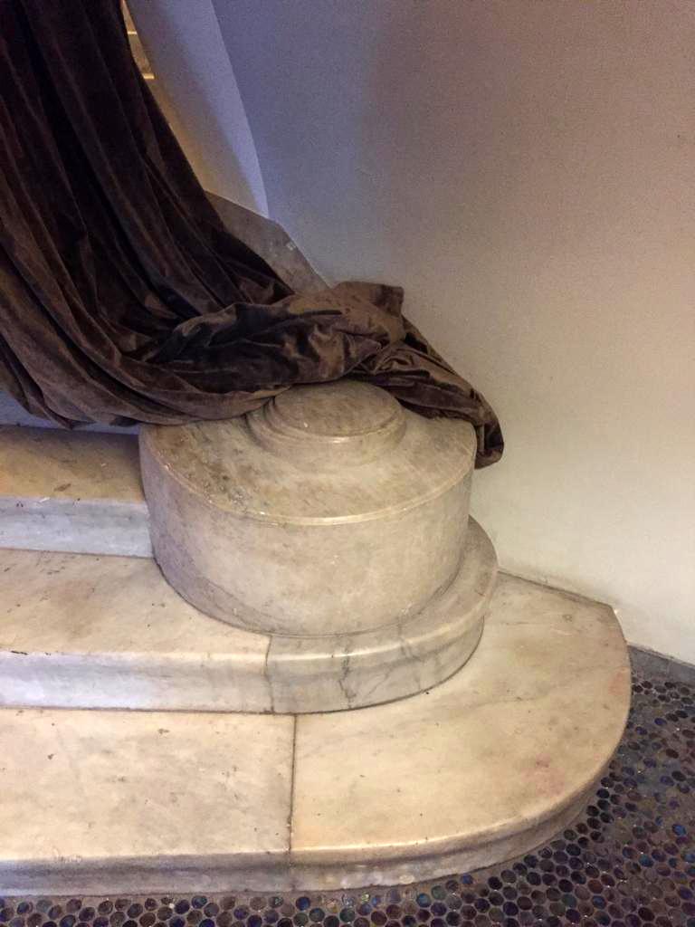 Например, прямая классическая лестница выглядит полукруглой за счет вот этой завитушки и нескольких нижних ступеней измененной формы.