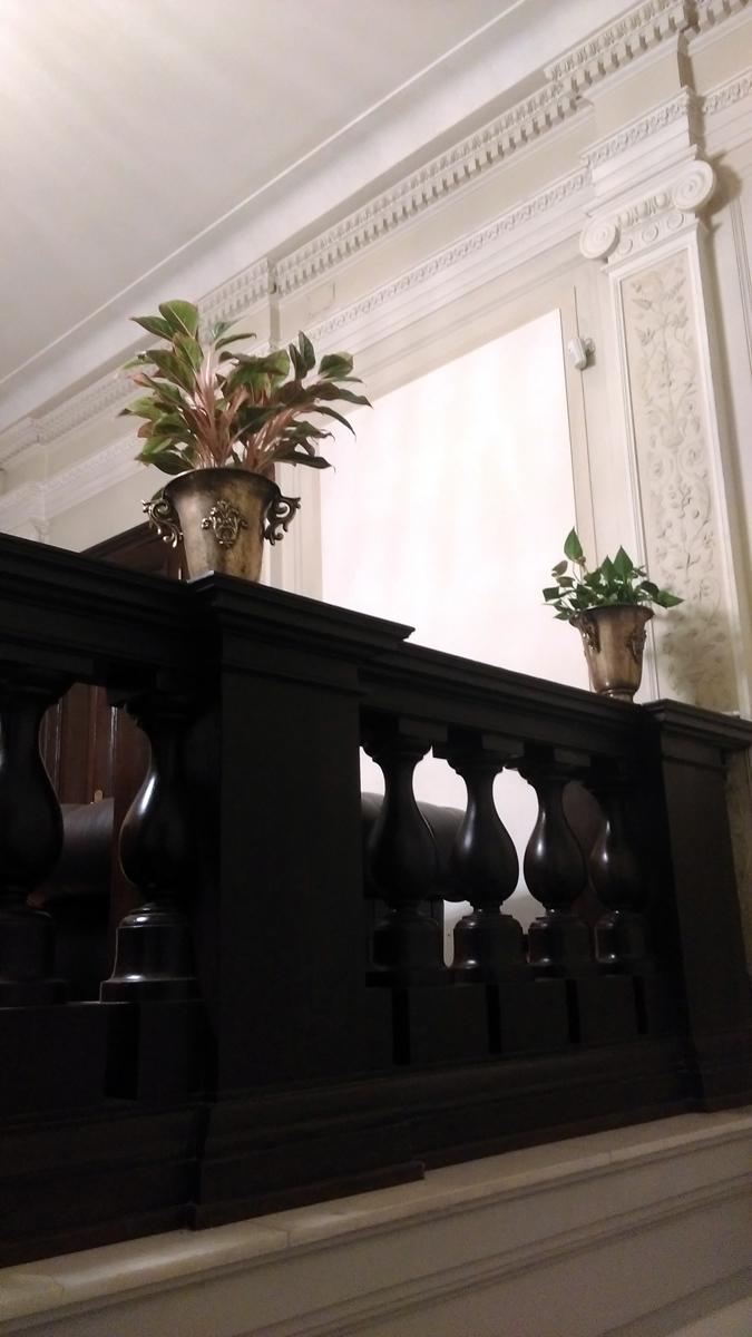 А вот, лестничный холл сохранил классическую отделку XVIII века.