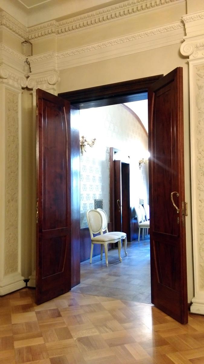Впрочем, в классическом помещении не обошлось без влияния модерна. Обратите внимание на ручки дверей...