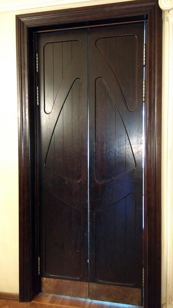 А тут ручек нет, но сами двери...