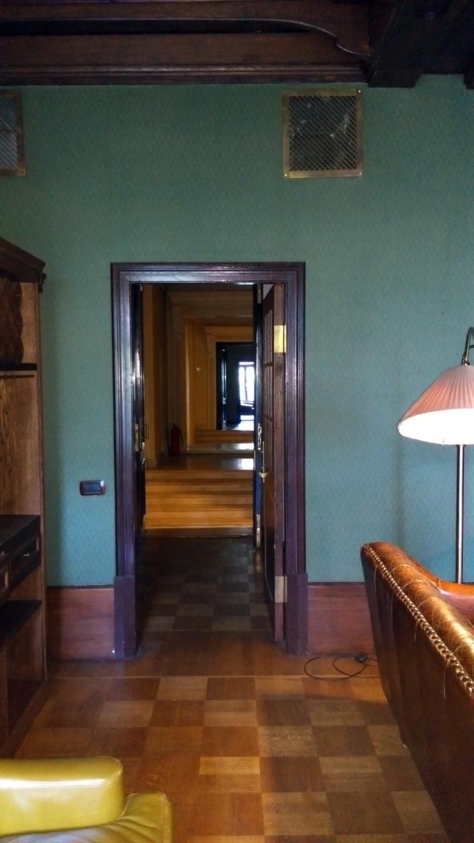 Проходим кабинет в готическом стиле...
