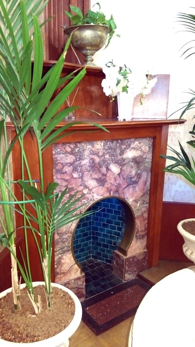 В особняке все камины, кроме одного, декоративные. Это связано с тем, что Шехтель не только преобразил дом стилистически, но еще оснастил его самыми последними современными технологиями. Паровое отопление, вентиляция, электричество.