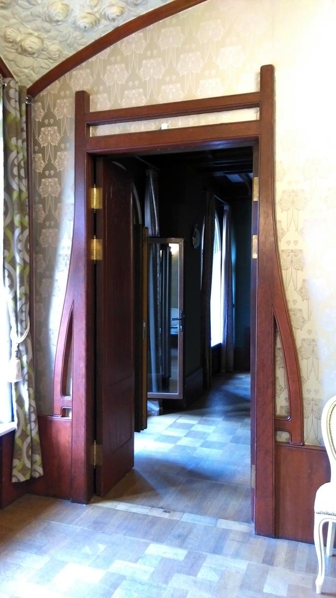 Стильный наличник дверей в Готический кабинет