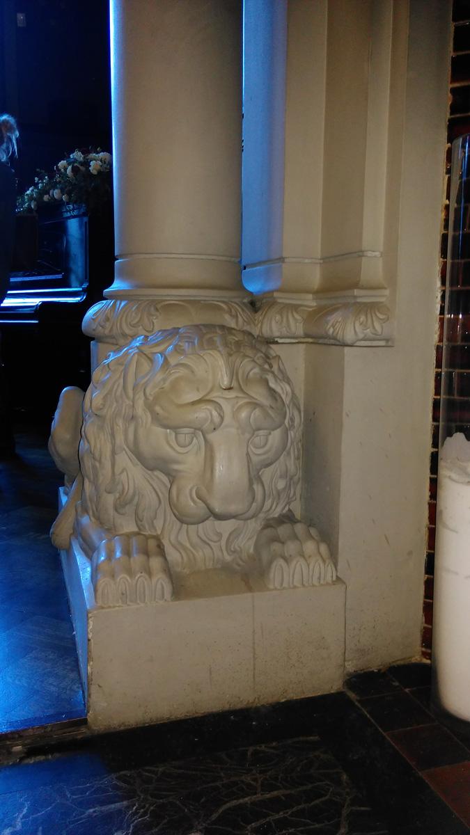 На спинах грустных львов...