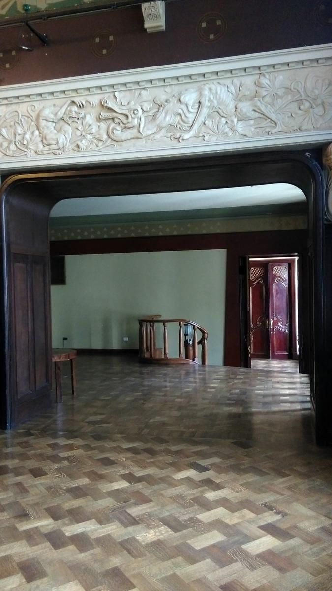 Арка в  Аванзал, в котором расположена небольшая лестница, соединяющая разные уровни особняка.