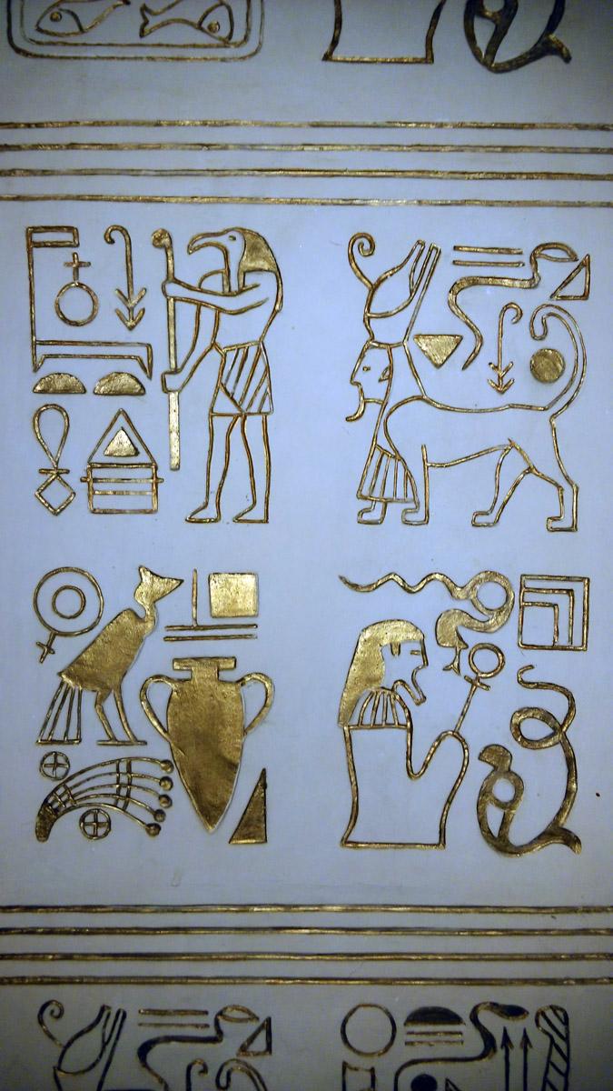 Рисунки сделаны путем закрашивания золотой краской углублений в поверхности песчаника.