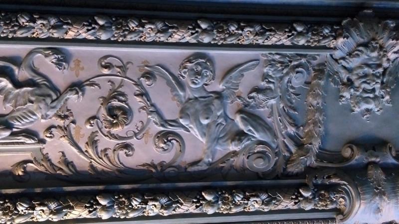 Главное украшение зала это лепнина и роспись потолка.