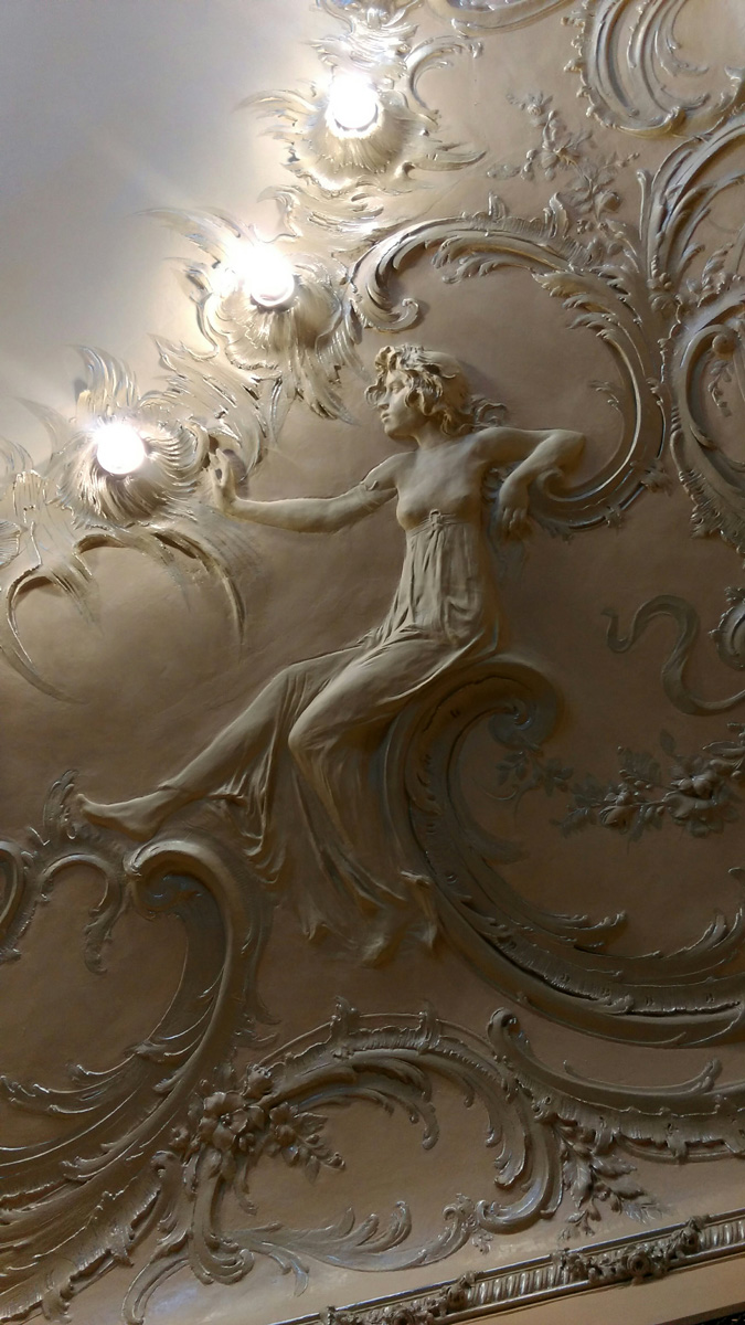В Рокайльной комнате, или Розовой гостиной самое интересное тоже на потолке. Во-первых, это красивая лепнина с цветами и девушками-нимфами...