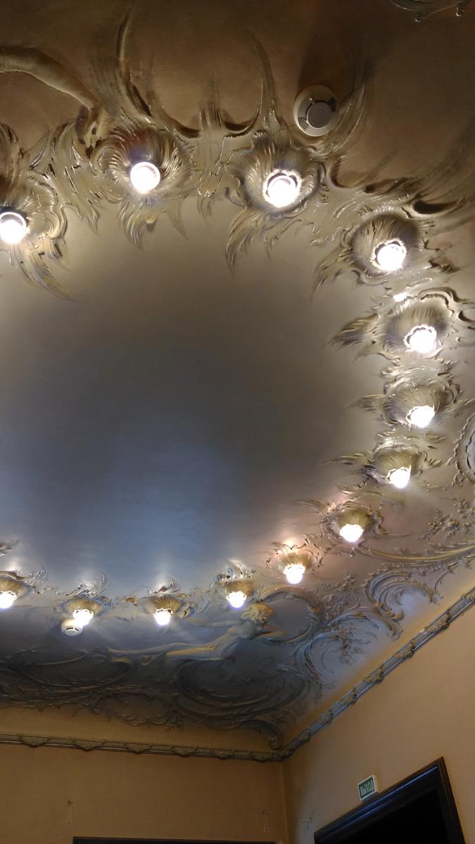 А во-вторых, встроенные в потолок светильники. Напоминает современное точечное освещение. Но на более высоком художественном уровне. А уж, если вспомнить, что в то время электрическое освещение в домах Москвы само по себе было диковиной....