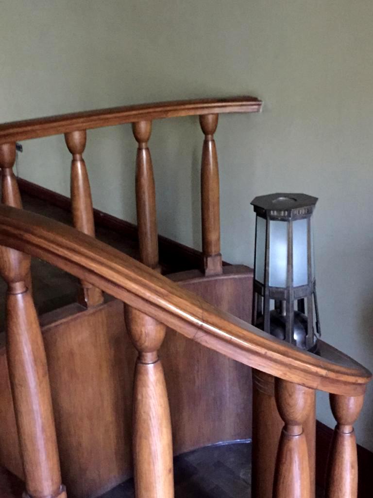 А это светильник и перила небольшой лестницы соединяющей разные по уровню помещения особняка. Светильник, кстати, тоже дает повод вспомнить Особняк Дерожинской.