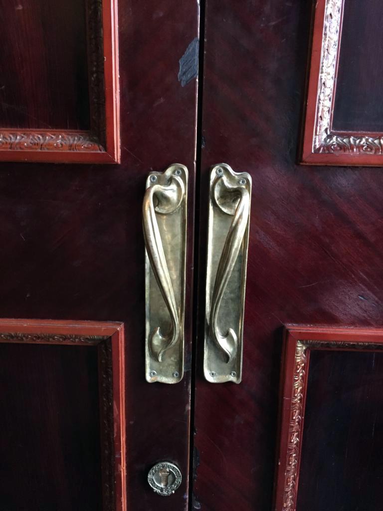 Напоследок, пару красивых дверных ручек в стиле модерн.