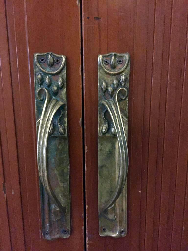 И как заведено, у каждой двери свой дизайн ручек.
