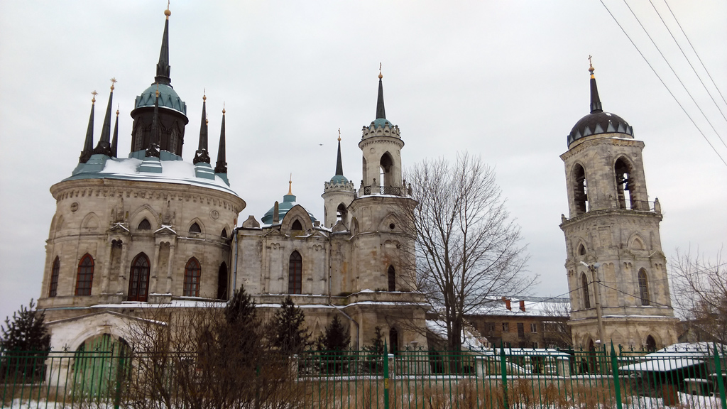 Полностью церковь и колокольня поместились в объектив, только когда я вышел за территорию.