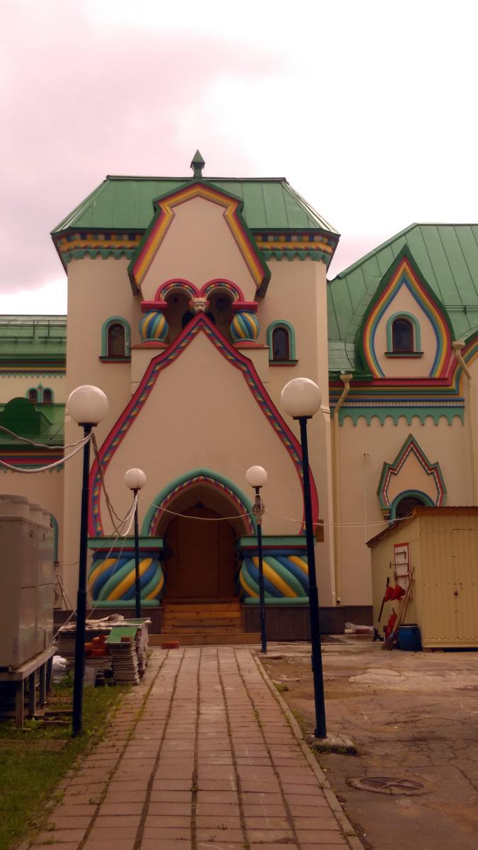 Все же, пару вечеров в августе удалось немного погулять после работы. Этот Сказочный терем, особняк архитектора В.С. Шервуда, 1911 года постройки по проекту архитектора Н.Д. Бутусова.