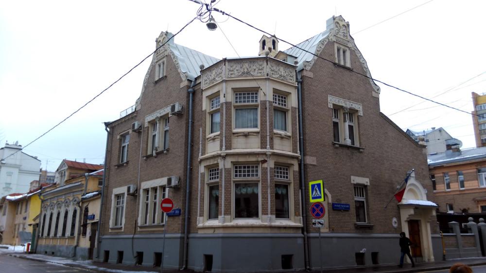 Симпатичный дом на пересечении Хлебного и Малого Ржевского переулков. Посольство Чили.