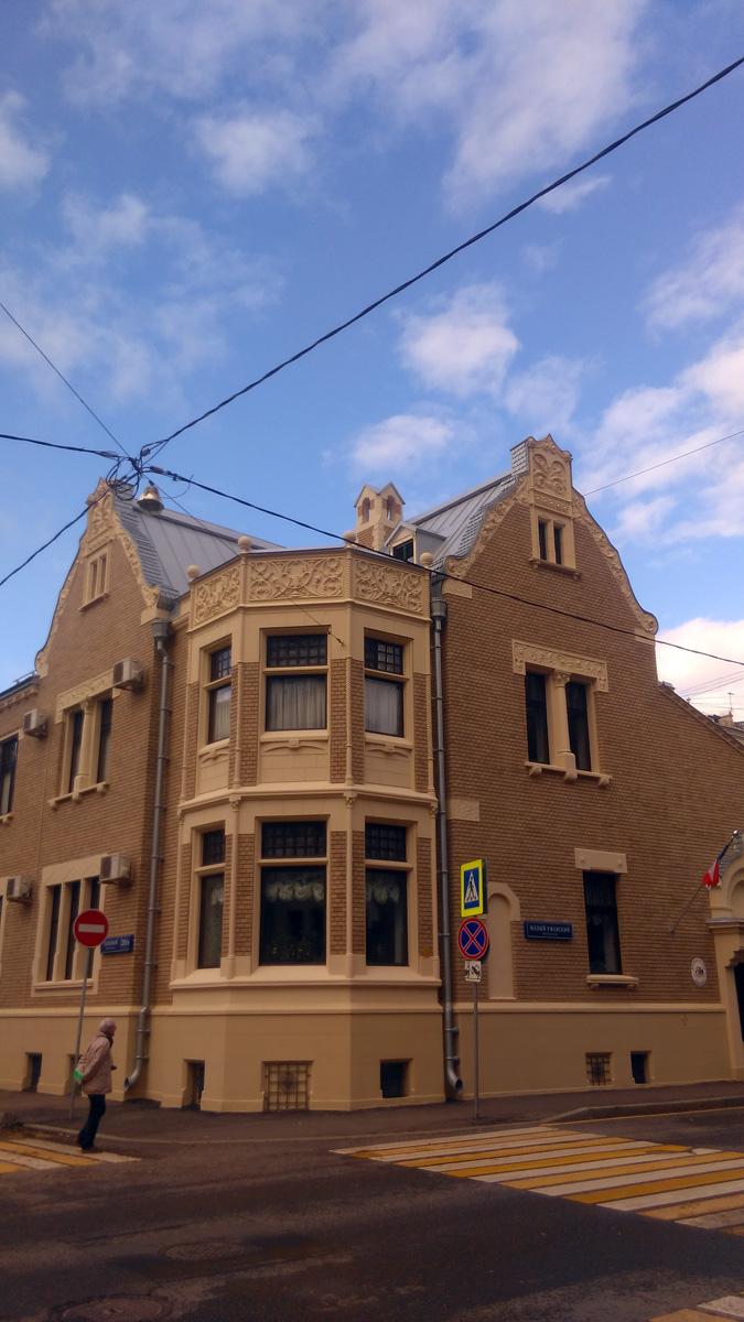 Особняк построен архитектором Романом Ивановичем  Клейном в 1906 году для сибирского золотопромышленника Ивана Игнатьевича Некрасова.