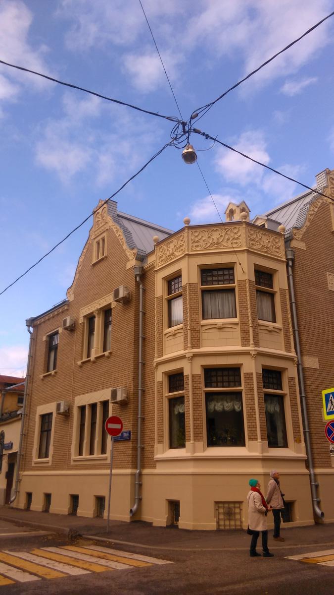 Особняк построен в традициях английской неоготики.