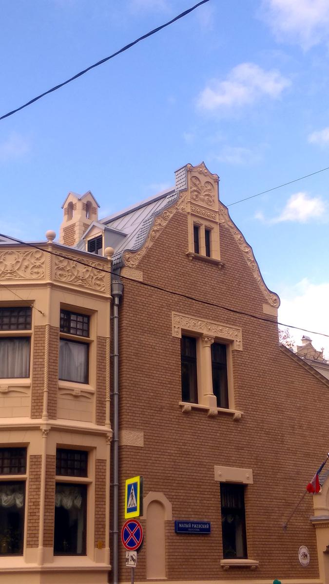 Верхний карниз эркера оформлен орнаментом в готическом стиле.