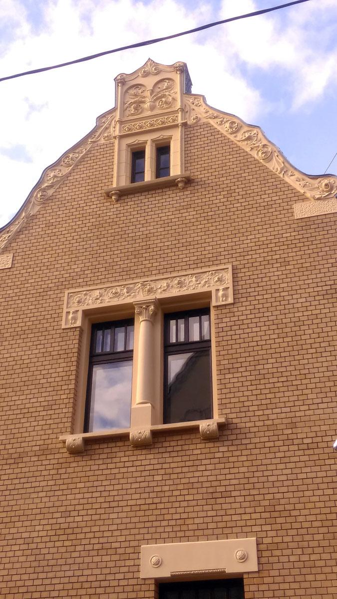 По обе стороны двойного окна расположены совы. Видимо, наблюдают за совами на особняке напротив.