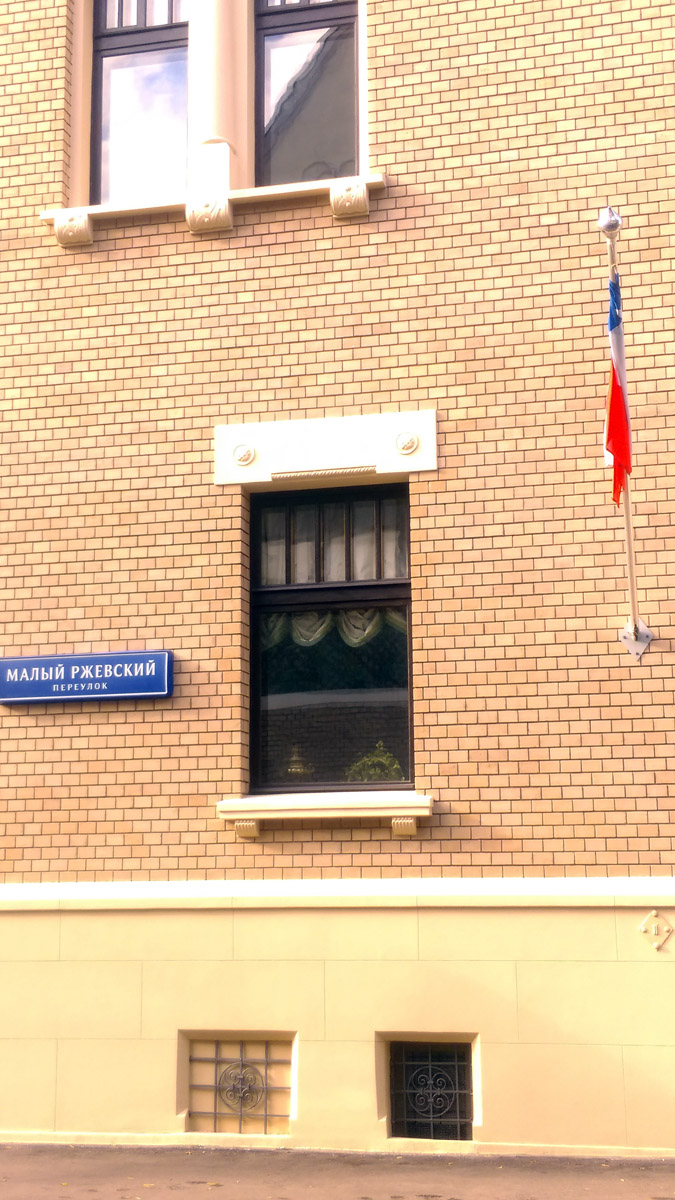 В окне первого этажа виден самовар