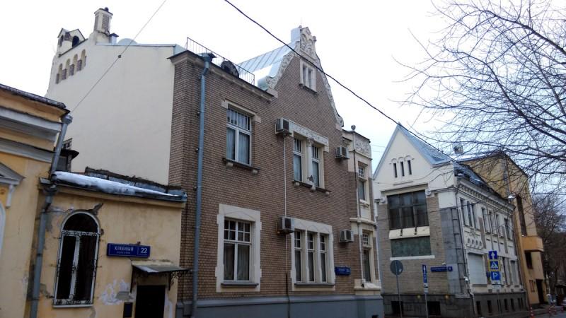Рядом расположен еще более интересный особняк. Это личный дом архитектора С.У. Соловьева.
