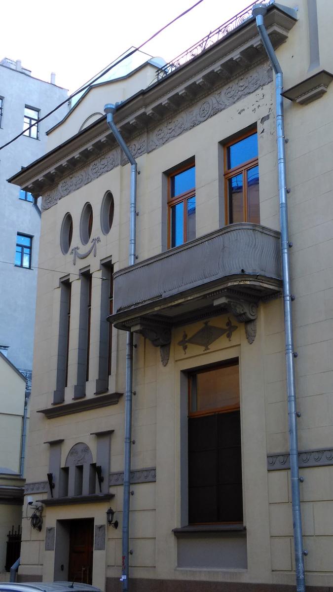 Так же фасады особняка украшают балконы и окна разнообразной формы.