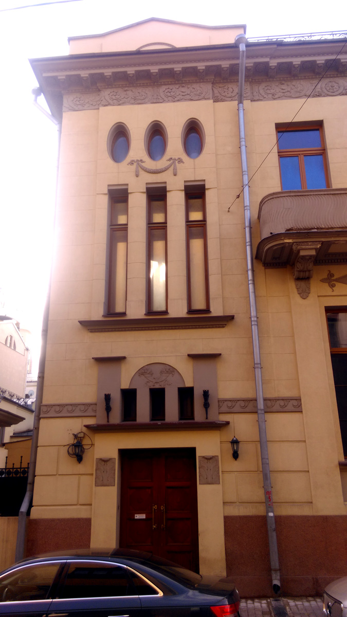 Особняк двухэтажный, но кажется, что этажей больше из-за вытянутых элементов строения.