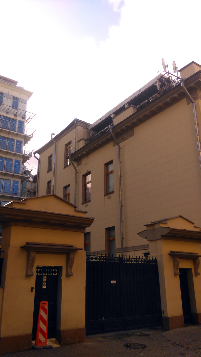 Флигель и Особняк соединяет ограда с воротами. А еще видно, что навертели на крыше особняка уже в наше время.