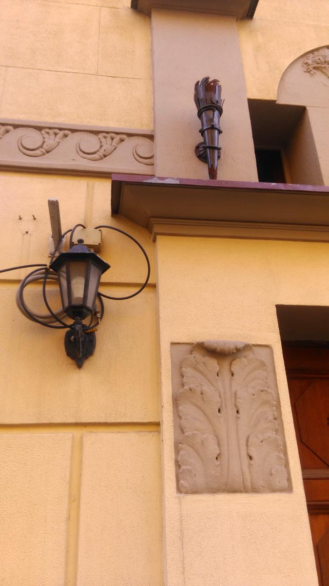 Светильник красиво украшенный мотками проводов...