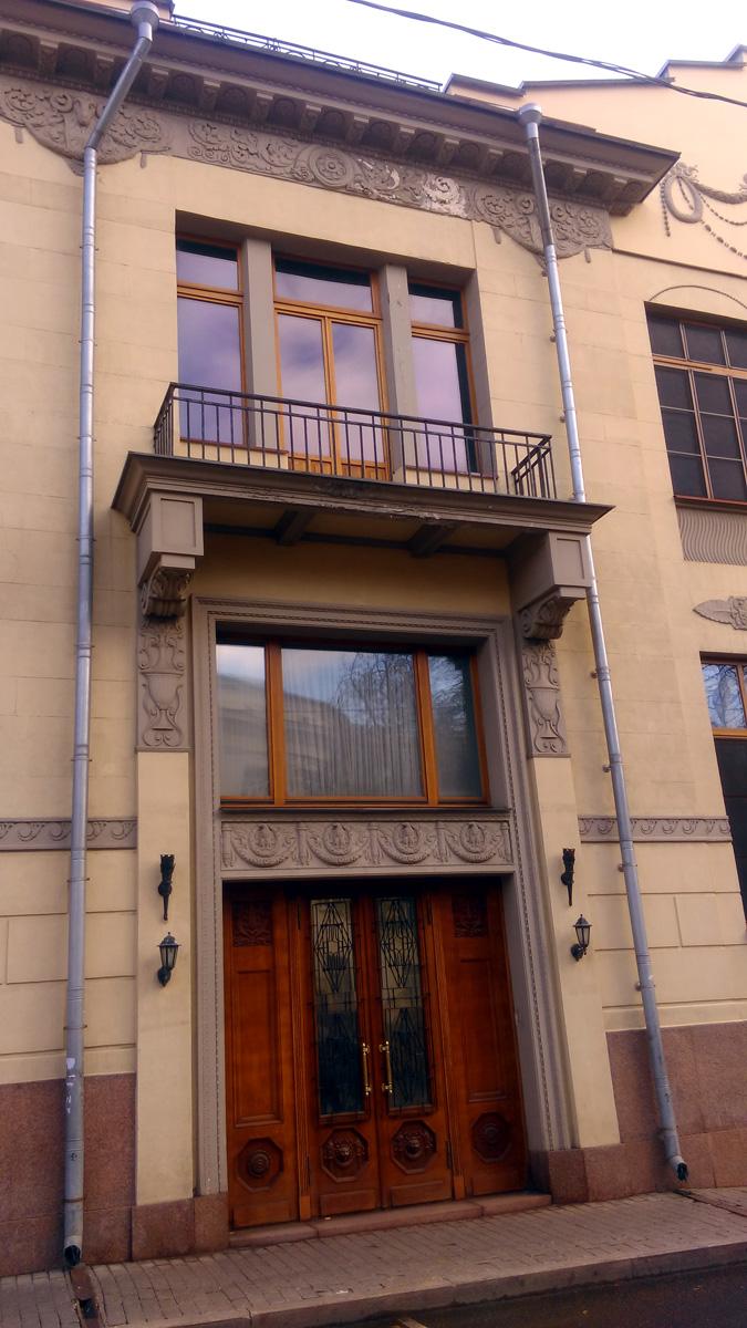 С Малого Ржевского располагается парадный вход в квартиру из 12 комнат, находившихся в первом и подвальном этажах, которую занимал сам домовладелец Михаил Тарасов – член совета Северо-Кавказского банка.