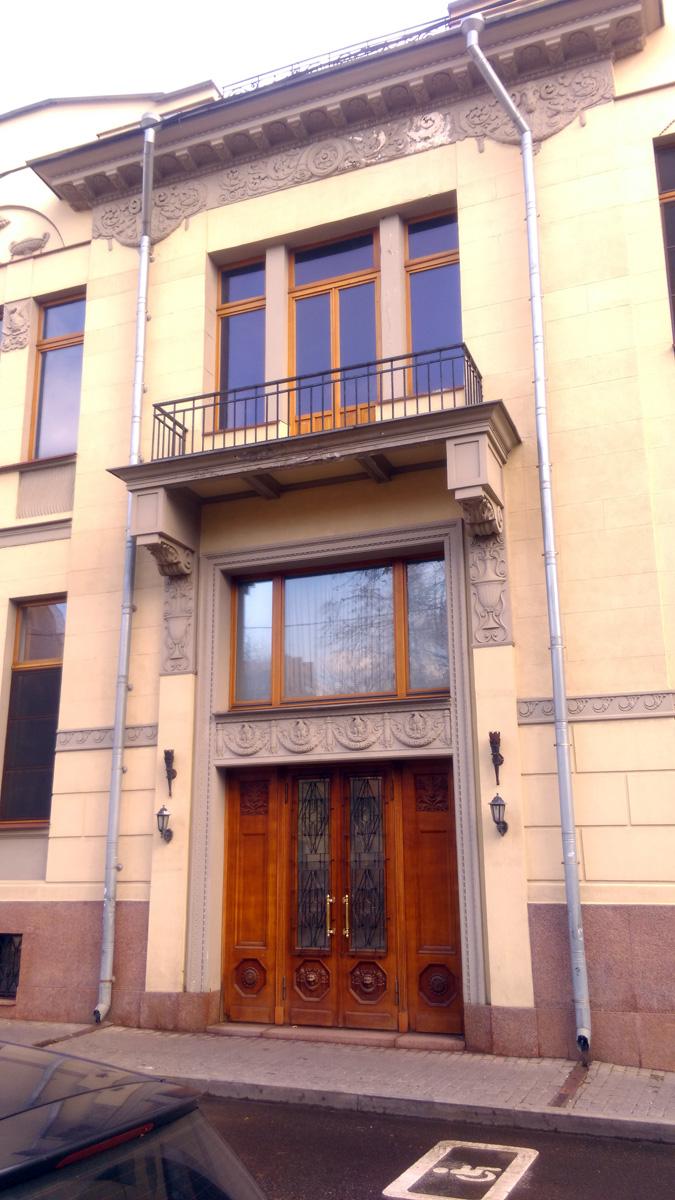 Над дверьми фриз украшенный орлами..