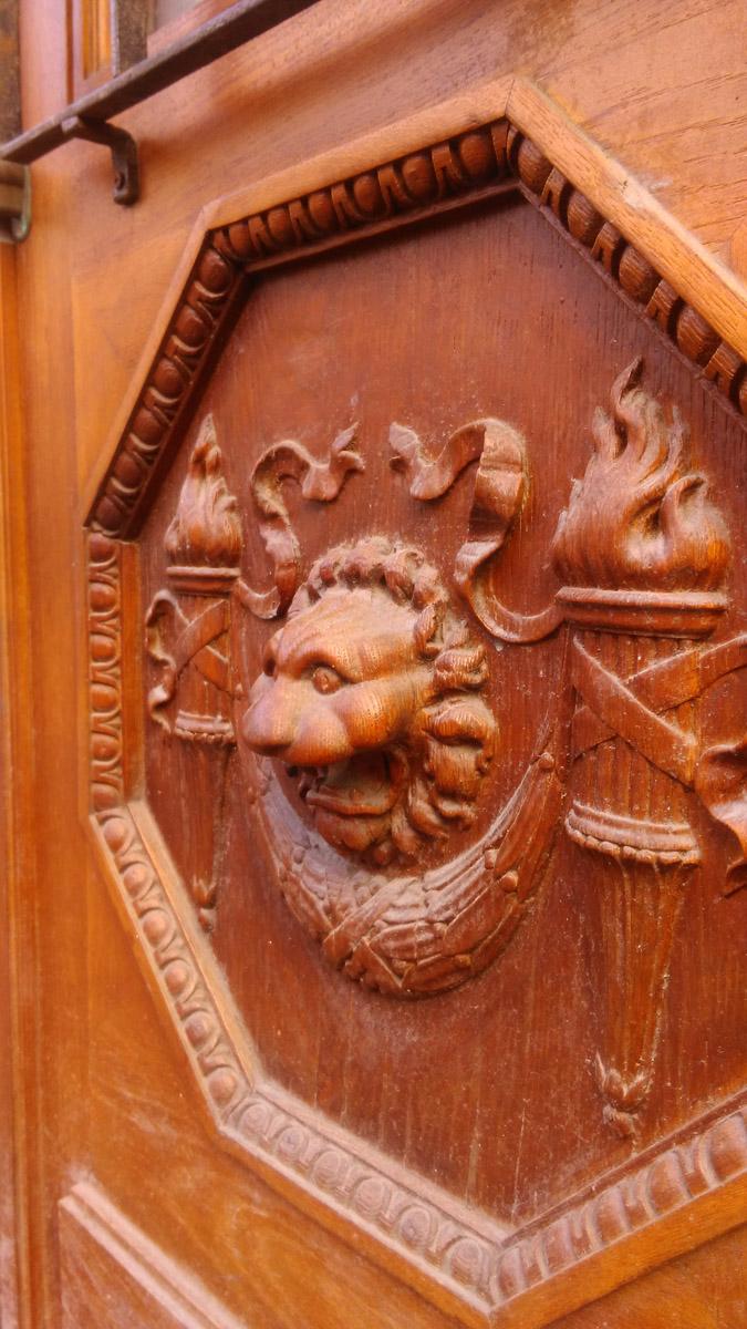 А на самих дверях головы львов.