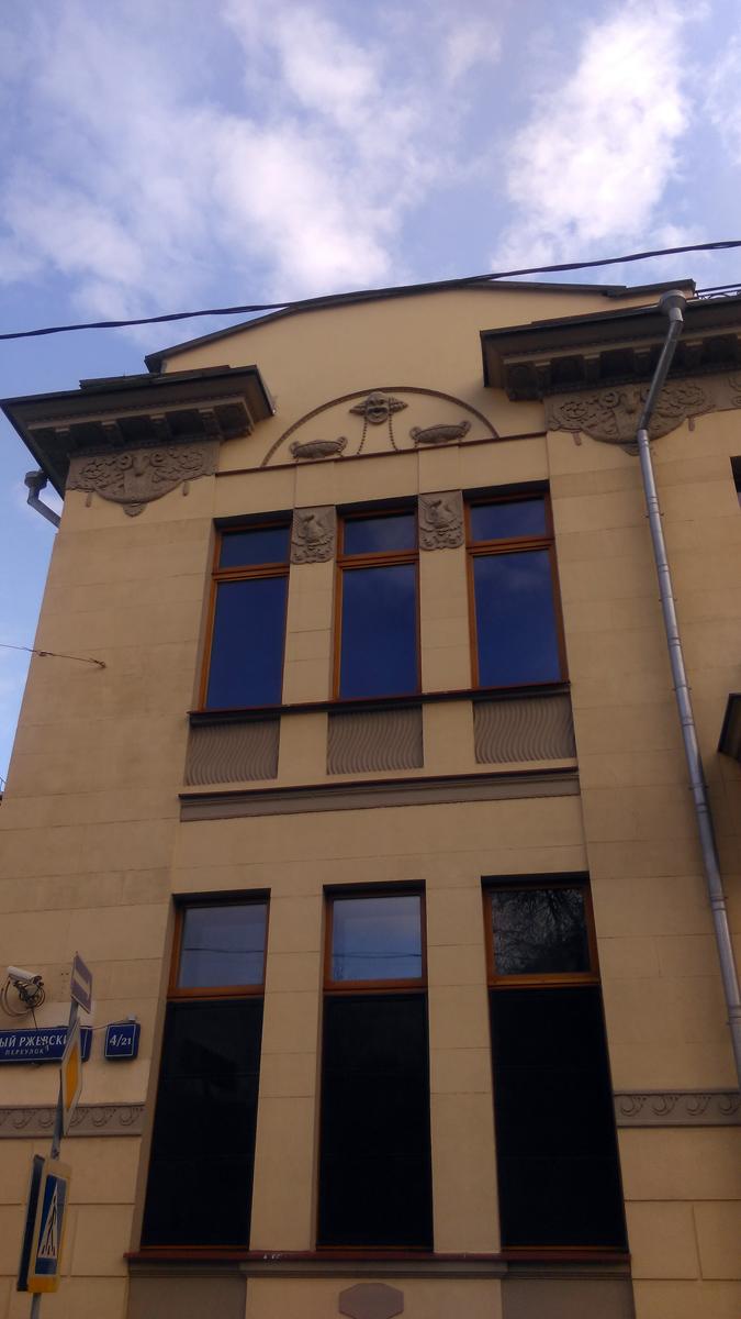 Тройное окно второго этажа украшают лебеди, а над ним древнегреческий бог смеха Момус.