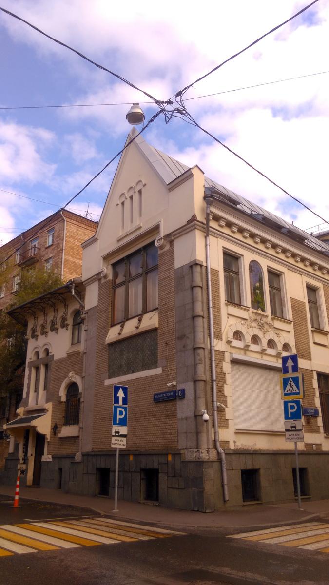 Удивительно, но архитектор ни до, ни после не строил особняков и других зданий в стиле модерн. А вот, себе построил дом именно в этом стиле. И сделал это талантливо, особняк по праву считается одним из лучших зданий московского модерна.