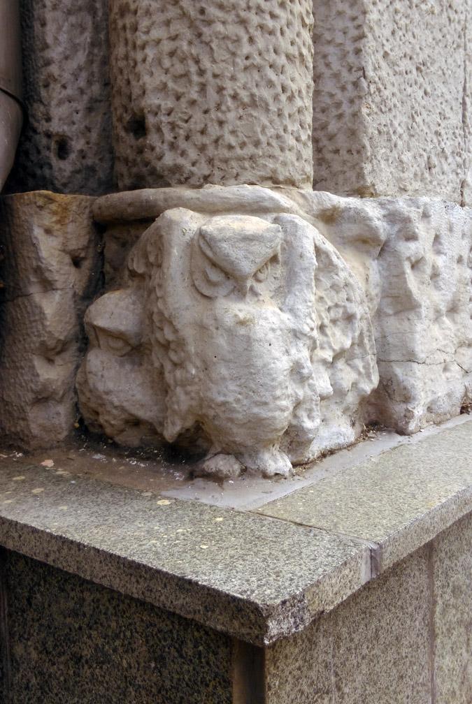 А вот, под другой колонной сова, а точнее сова с совенками, достаточно неплохо сохранились.