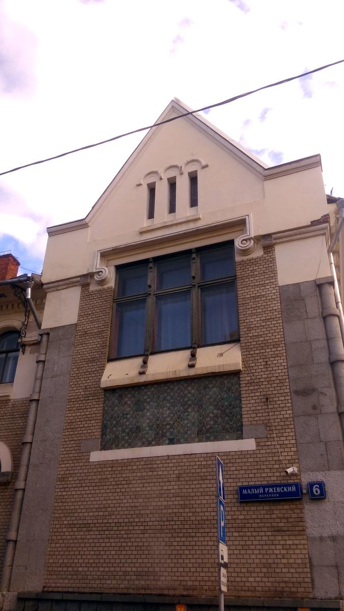Гостиную второго этажа освещает масштабное трехчастное окно, под которым на фасаде выложен изразцовый фартук из узорной плитки с растительным рисунком. Автором этого панно считают Михаила Врубеля.